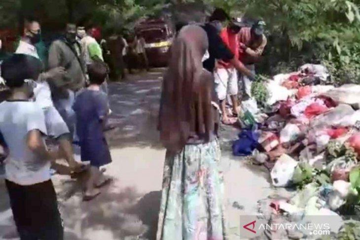 Penemuan mayat bayi dalam kardus di tempat sampah hebohkan warga Bekasi (video)