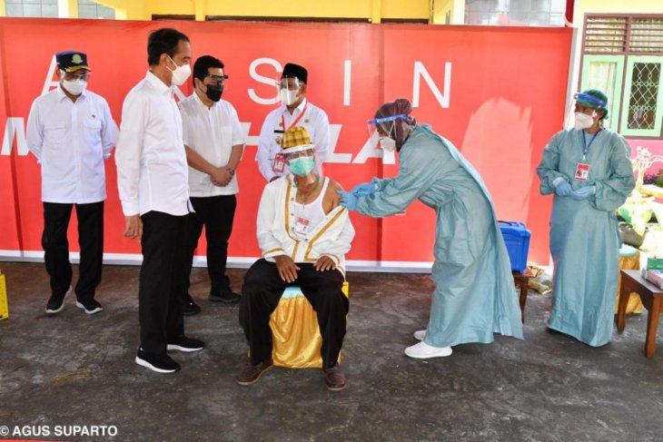 Presiden Jokowi tinjau vaksinasi di Halmahera Utara