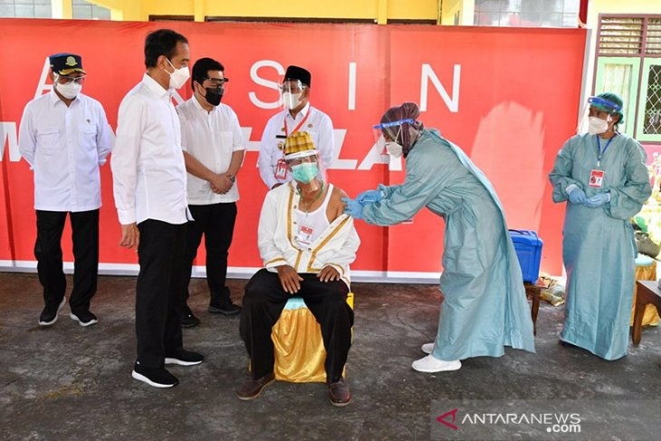 Presiden Jokowi  tinjau vaksinasi untuk petugas publik-tokoh agama di Ambon