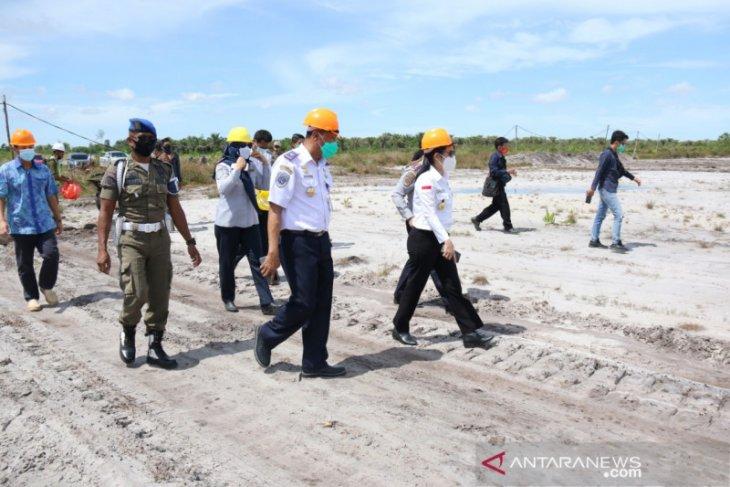 Tjhai Chui Mie tinjau pengerjaan pembersihan lahan bandara