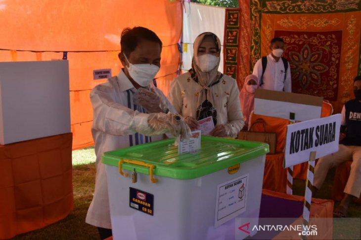 Bupati Gorontalo gunakan hak pilih pada Pilkades