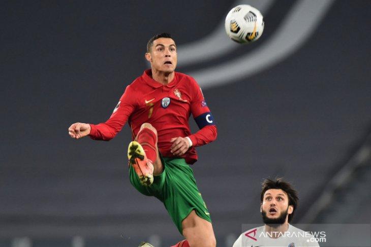 Ban kapten yang dibuang Ronaldo dilelang untuk bantu biaya perawatan bayi