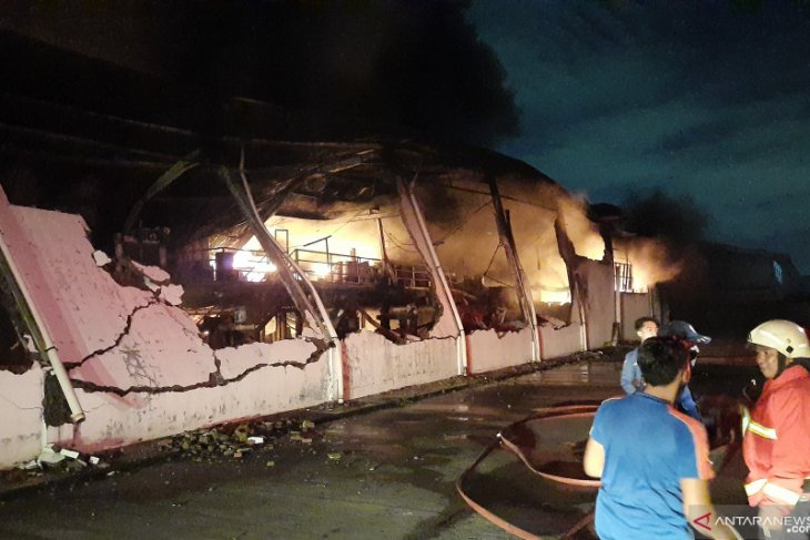 Tiga gedung pabrik cat di Cikupa Kabupaten Tangerang terbakar