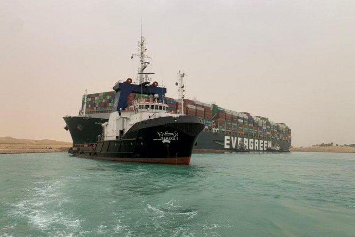 Harga minyak melonjak enam persen setelah sebuah kapal kandas di Terusan Suez
