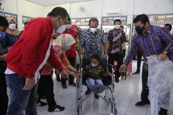 Wawali Armuji serahkan bantuan kursi roda kepada ABK di Surabaya