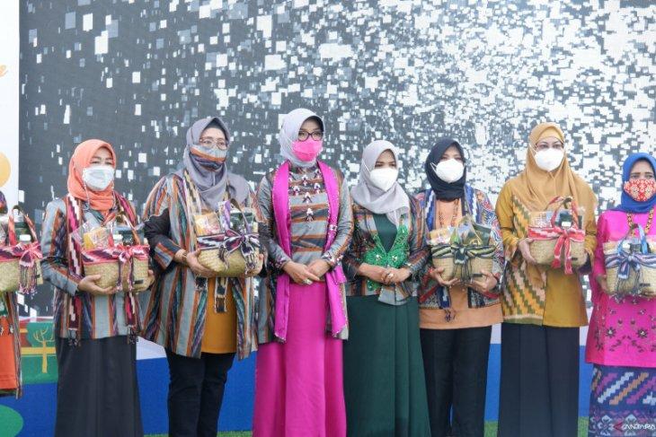 Istri wali kota se-Kalimantan takjub terhadap produk Dekranasda Pontianak