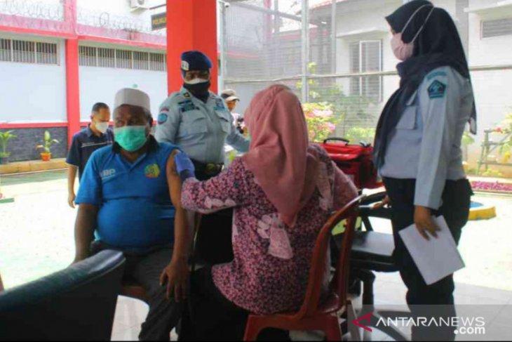 15 warga binaan lansia Lapas Cikarang jalani vaksinasi COVID-19