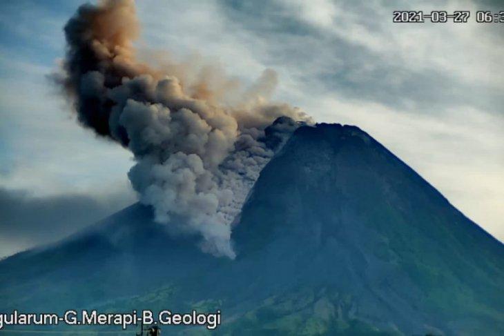 Gunung Merapi muntahkan tujuh kali awan panas guguran