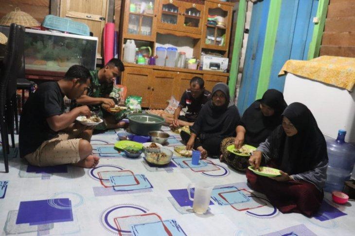 Anggota TMMD Kodim 1206/PSB berbaur makan bersama Kadus Duka Ramai