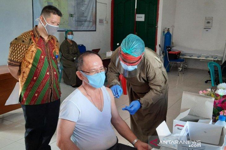 Pejabat Bupati Wondama mengikuti vaksinasi