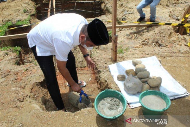 Bupati Tapteng letakkan batu pertama renovasi masjid Al-Huda Hutanabolon