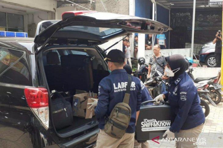 Densus 88 amankan tiga koper dan barang bukti lain dari rumah terduga teroris Bekasi (video)
