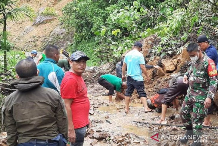 Arus lalu lintas Bangko-Kerinci terganggu akibat longsor menutup jalan raya