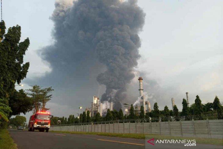 Kebakaran kilang minyak Balongan belum bisa dipadamkan