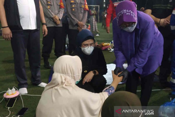 Mensos Risma pijat pengungsi korban kebakaran kilang Pertamina Balongan
