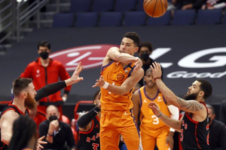 Devin Booker memimpin Suns raih kemenangan atas Charlotte lewat overtime