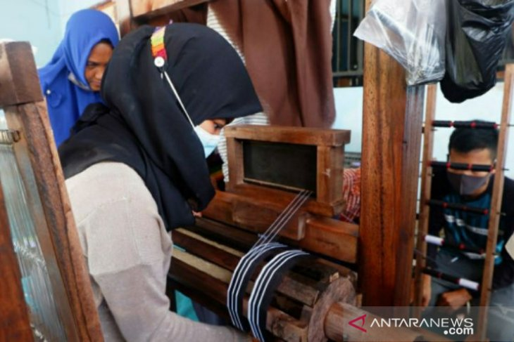 Puluhan warga Desa Kota Kapur ikuti Creativepreneur Training lidi nipah