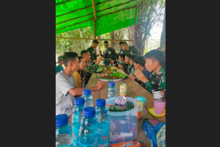 Makan bersama anggota TMMD dan warga tumbuhkan rasa kebersamaan