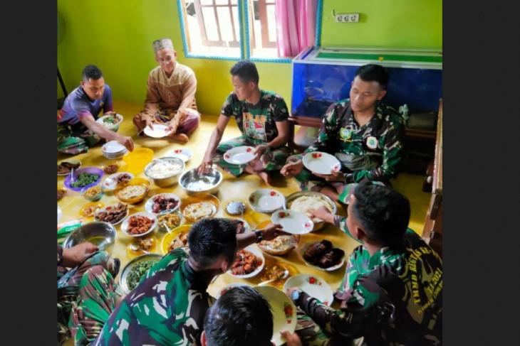 Warga siapkan makan siang bagi Personil Satgas TMMD Kodim 1206/PSB