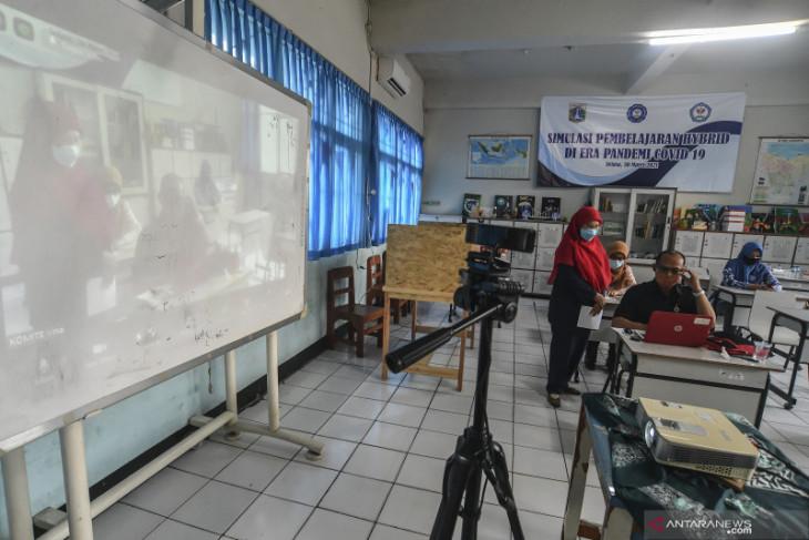 Satpol PP Jaktim segel dua sekolah langgar PSBB selama pandemi COVID-19