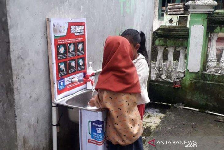 Tempat cuci tangan buatan relawan SIBAT PMI