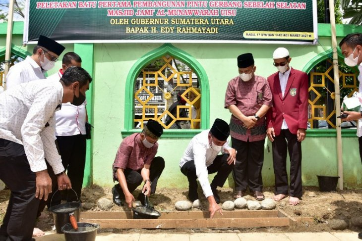 Gubsu hadiri peletakan batu pertama pintu selatan Mesjid UISU