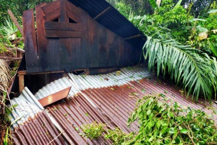 Angin puting beliung rusak rumah di 6 kecamatan di Tapteng