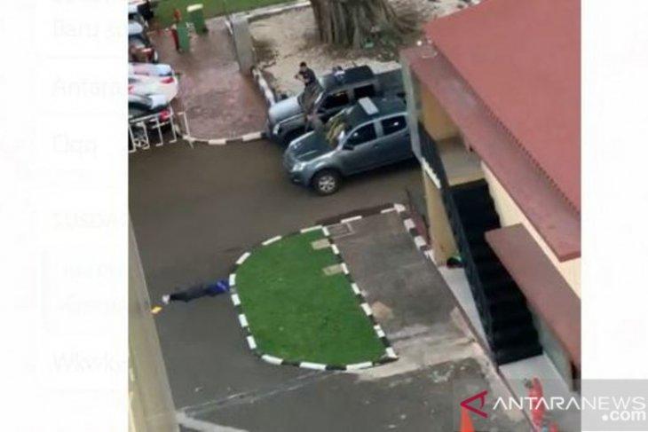 Terduga teroris yang ditembak berpakaian serba hitam