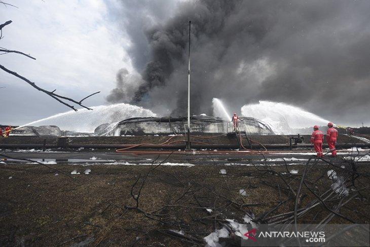 Upaya pemadaman kebakaran tangki Pertamina