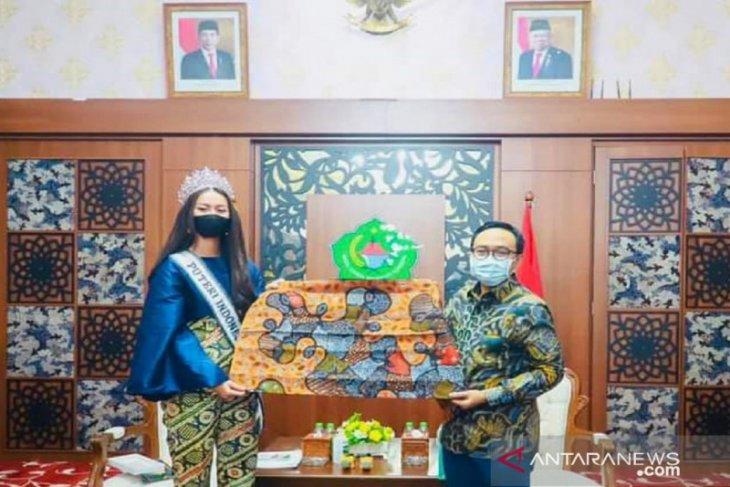 Putri Indonesia Ayu Maulida promosikan batik tulis Pamekasan di ajang Miss Universe 2021