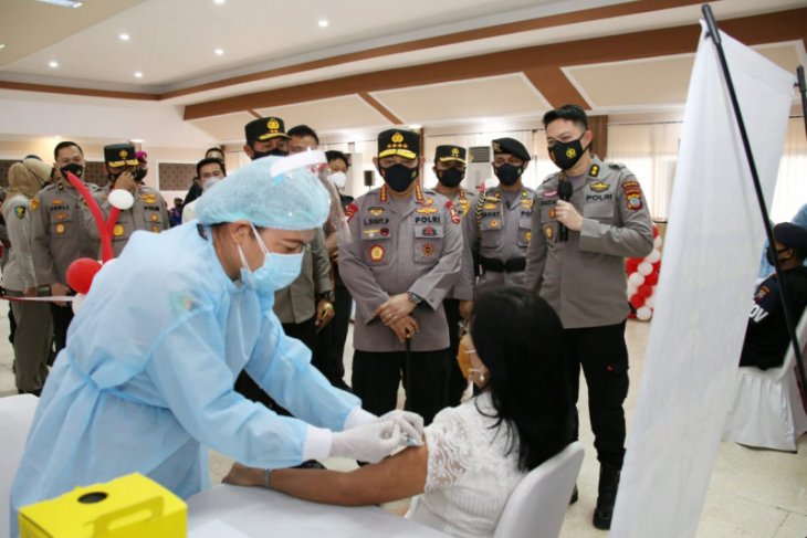 Kapolri Listyo Sigit tinjau vaksinasi massal di Mapolda Sulut