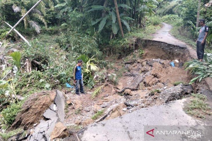 Jalan antar desa di Abdya putus akibat hujan deras