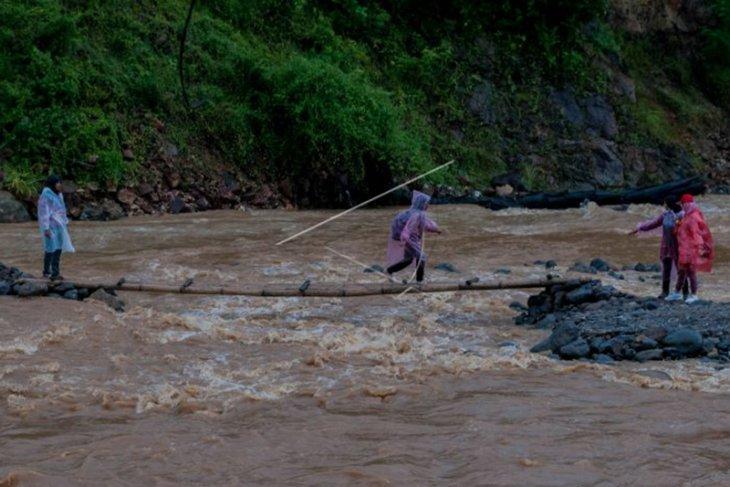 Warga Kesulitan Akses Jembatan Layak