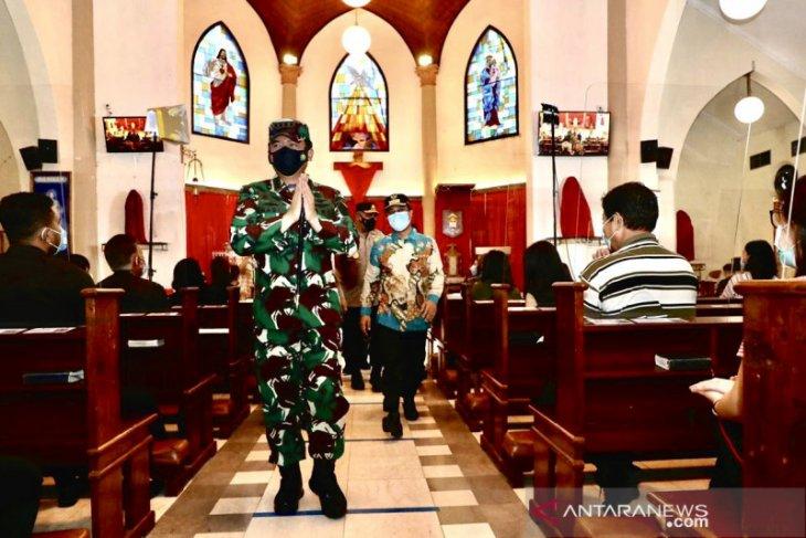 Panglima TNI tinjau misa Jumat Agung Paskah di Makassar