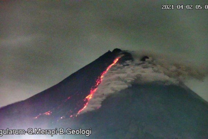 Gunung Merapi meluncurkan tiga kali awan panas guguran pada Jumat