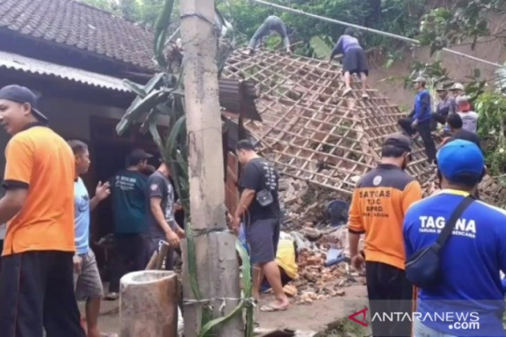 Tanah longsor rusak rumah  warga di Dagangan Madiun