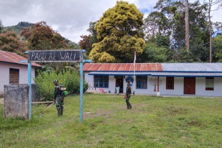 Satgas Kodim 1206/PSB bersihkan halaman Sekolah Paud