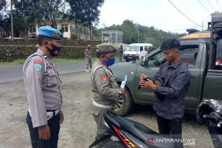 Tingkatkan kesadaran, warga melintas arah Padangsidempuan - Sibolga diberi masker