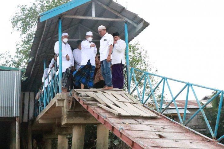 Lihat halte sungai sudah lapuk, Bupati Tanjabbar fasilitasi perbaikan
