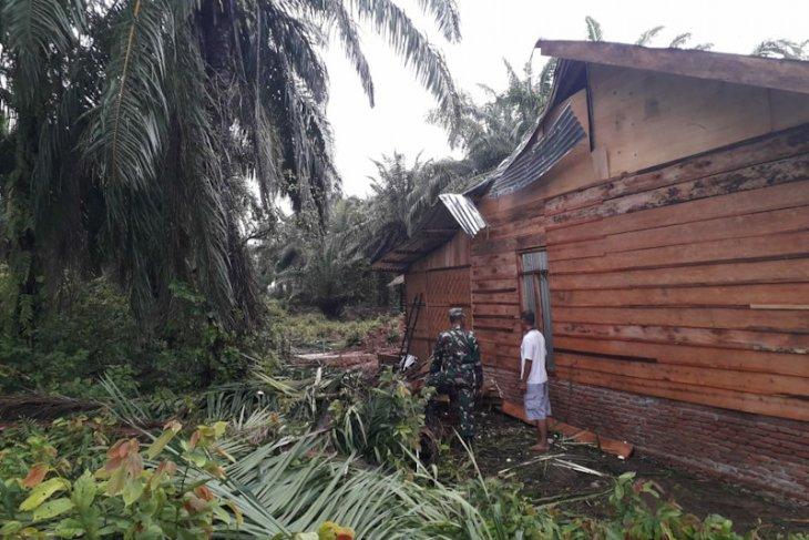Tiga rumah di Aceh Tamiang rusak dihantam angin kencang