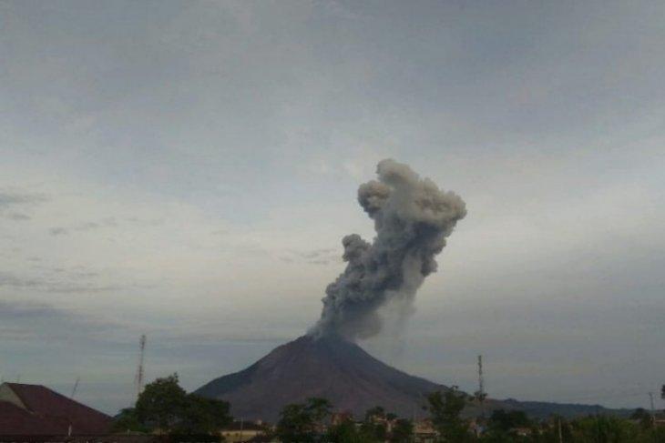 Gunung Sinabung erupsi semburkan abu vulkanik hingga 2 kilometer