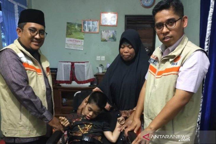 Penderita lumpuh layu di Aceh Jaya terima bantuan kursi roda
