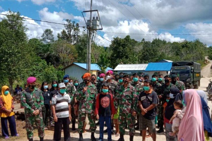 TNI salurkan bantuan sembako untuk keluarga pasien COVID-19 di Bika Kapuas Hulu