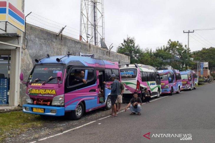 Ratusan pengemudi minibus mogok, ternyata ini pemicunya