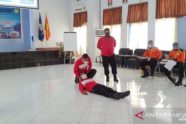 Puluhan peserta ikut pelatihan teknik pertolongan di permukaan air di Ambon