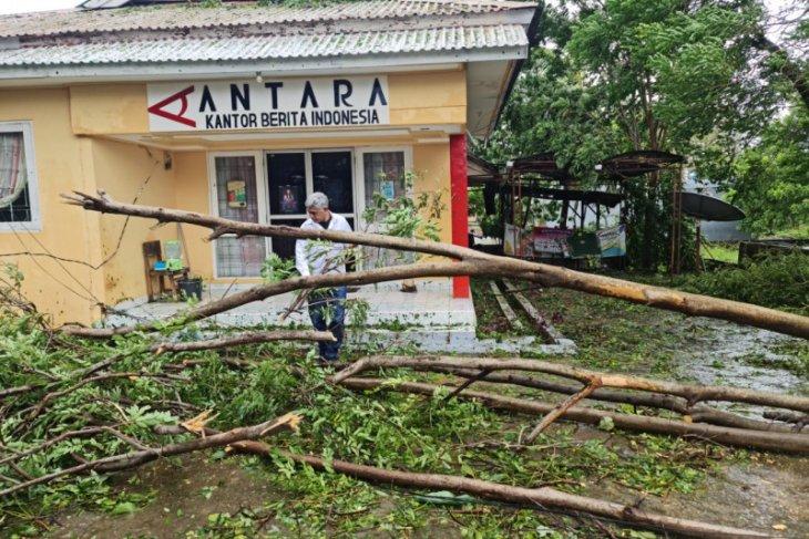 Cuaca ekstrem, listrik di Kota Kupang masih terputus