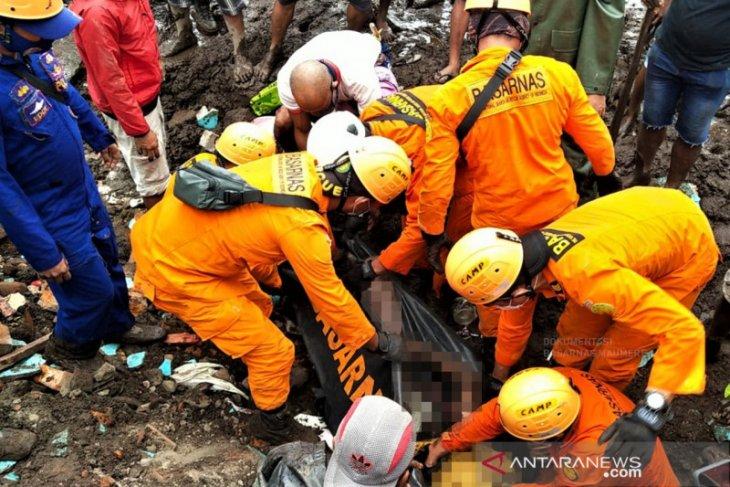 Tim Basarnas dan masyarakat bersinergi evakuasi korban banjir bandang Adonara