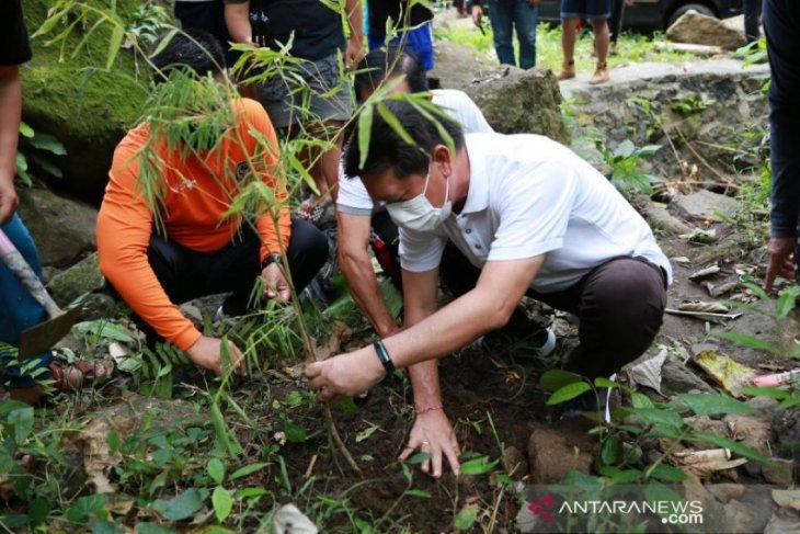 Bupati Klungkung tanam 150 bibit pohon di Desa Wisata Besan