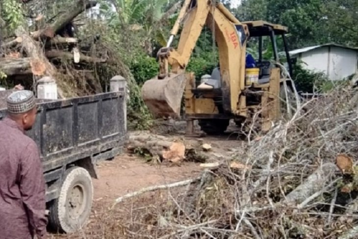 Warga bersihkan pohon yang  timpa area pemakaman tokoh Perang Paderi di Agam