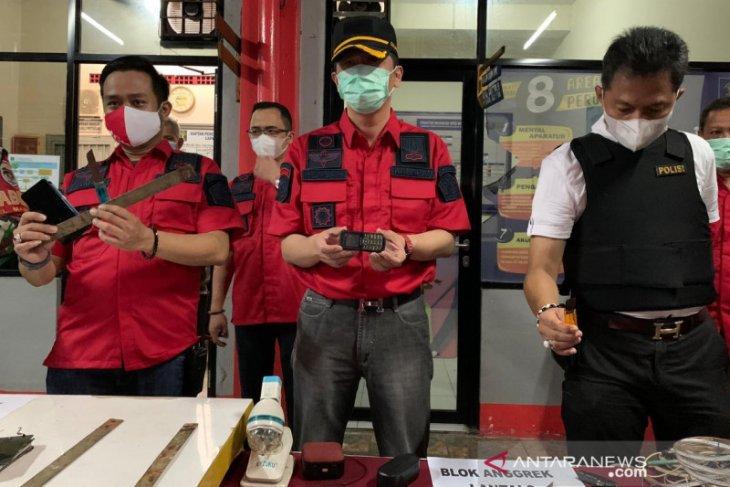 Petugas sidak Lapas Bekasi temukan sajam dan ponsel (video)